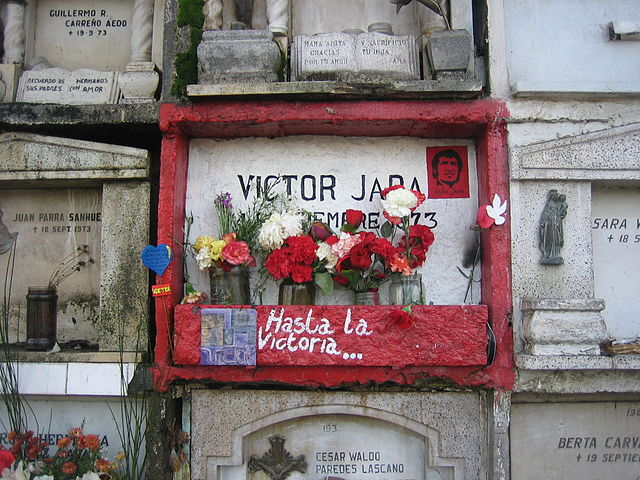"Víctor Jara's grave in the General Cemetery of Santiago. The note left reads: ""'Till Victory!"""